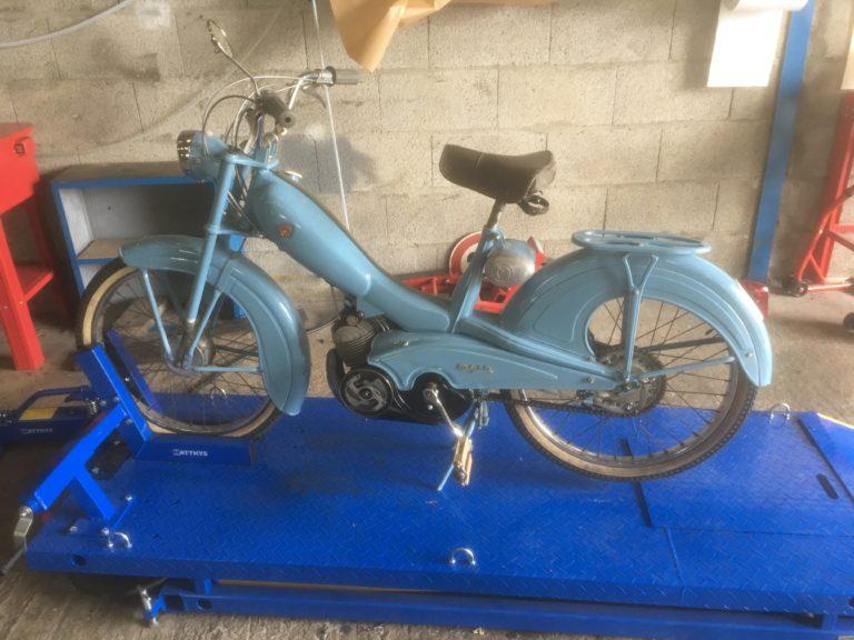Mobylette bleue motobecane de 1953.
